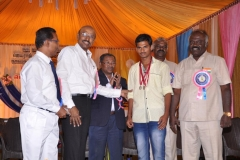 60TH ANNUAL DAY - 26.01.2017 - CHIEF GUEST INCOMETAX PRINCIPAL COMMISSIONER, Mr. V. MAHALINGAM, PRESENTING THE PRIZE