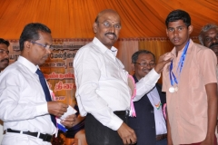 60TH ANNUAL DAY - 26.01.2017 - CHIEF GUEST INCOMETAX PRINCIPAL COMMISSIONER, Mr. V. MAHALINGAM, PRESENTING THE PRIZES..
