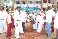2-uravinmurai-members-planting-saplings-on-15-08-2013