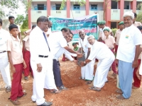 2-uravinmurai-members-planting-saplings-on-15-08-2013