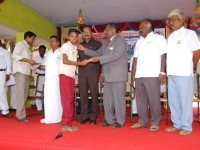 chief-guest-mr-k-k-senthilvelan-asst-solicitor-general-of-india-high-court-madurai-bench-giving-away-the-prizes-to-the-winners-in-the-competition-on-15-08-2013