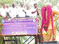 minister-mr-k-raju-garlanding-kamarajar-statue-15-07-2013
